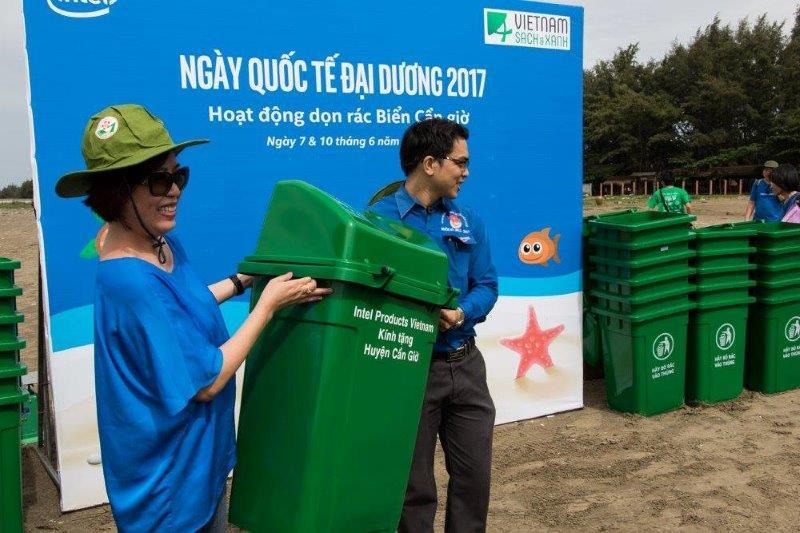 Làm sạch bãi biển cùng Intel Products Vietnam